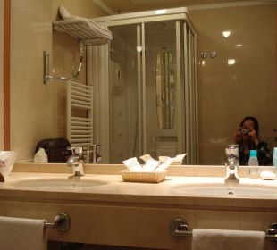 Badezimmer mit Doppellavabo