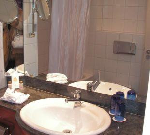 Das Bad zwar eher klein, aber funktionell Hotel Basel