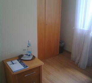 Einzelzimmer - Schrank und Tisch Kloster Maria Hilf
