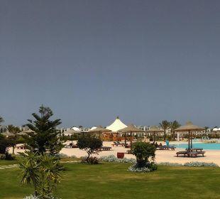 Blick vom Restaurant auf Pool & Garten