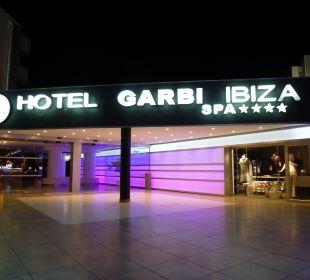 Hoteleingang bei Nacht lti fashion Garbi