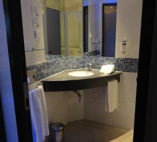Waschbecken und Ablage Holiday Inn Express Hotel Bremen Airport