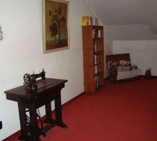 Lesekiste im Flur des 2. Obergeschoss' Hotel Mühlenhof