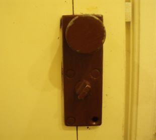 Badezimmer Türschnalle mit fehlender Schraube Hotel Holiday Inn Resort Goa