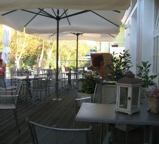 Terrasse neben Haupteingang Vier Jahreszeiten Kühlungsborn -  Hotel