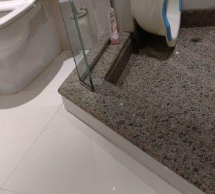 Dusche mit hoher Stolperschwelle.  ROBINSON Club Soma Bay