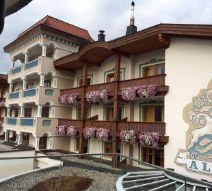 Das Hotel vom Pool aus Alpina Family, Spa & Sporthotel
