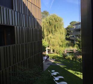 Aus dem Zimmer fotografiert mit Balkon im Vordergr
