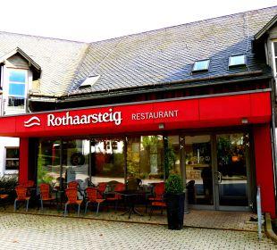 Blick auf den Eingang zu zwei der drei Restaurants Hapimag Resort Winterberg