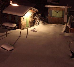 Blick in den verschneiten Garten Mair's Landgasthof