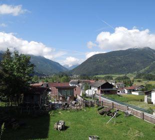 Ausblick auf die Gartenanlage vom Balkon  Mair's Landgasthof