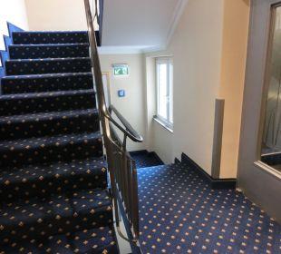 Flur mit Fahrstuhl Hotel Ludwig