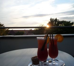 Sundowner-Cocktail auf dem Balkon Best Western Premier Grand Hotel Russischer Hof