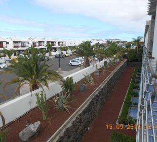 Blick vom Zimmer zum Hoteleingang
