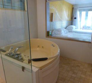Blick vom Bad durchs Zimmer auf das Meer Hotel Mercure Koh Chang Hideaway