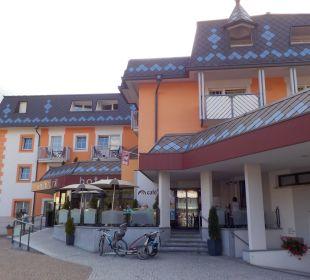 Bild von Hotelparkplatz auf Eingang Aktiv- & Wellnesshotel Zentral