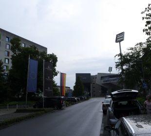 Links Hotel, geradeaus Stadion Renaissance Bochum Hotel