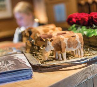 Die Hornberg-Kühe an der Rezeption versammelt. Romantik Hotel Hornberg