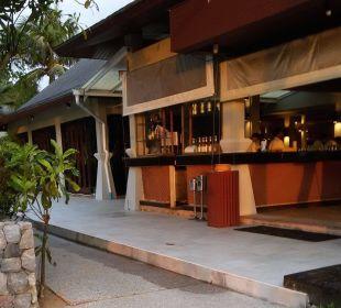 Bar neben Pool La Flora Resort & Spa