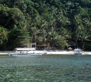 Blick vom Tauchboot zum Hotelstrand.  Hotel Sipalay Easy Diving and Beach Resort