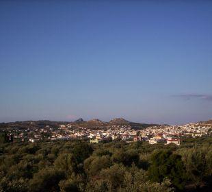 Blick von großen balkon auf die stadt achangelos Hotel Karavos