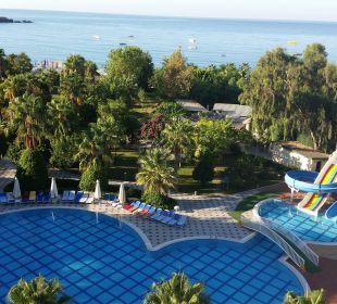Blick vom Balkon auf den Pool Lycus Beach Hotel