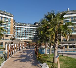 Ansicht vom Hotel Aska Lara von den Pools her  Aska Lara Resort & Spa