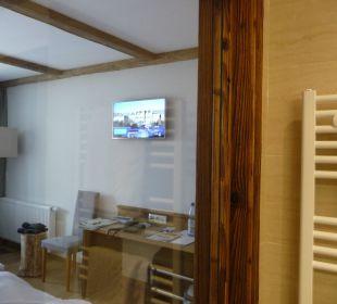 Blick von Dusche(Fenster) zum Zimmer Hotel Heigenhauser