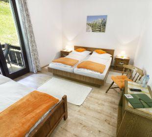 Dreibettzimmer mit Balkon und Gartenblick BergPension Lausegger