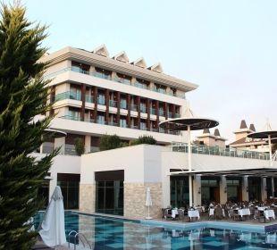 Blick von Brücke auf Hauptrestaurant Sensimar Belek Resort & Spa