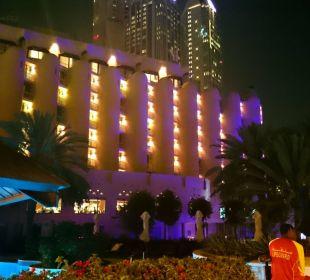 Po zmroku od strony plaży Sheraton Hotel & Resort Abu Dhabi