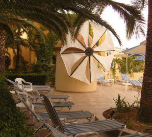 Liegen am Pool Vantaris Beach Hotel