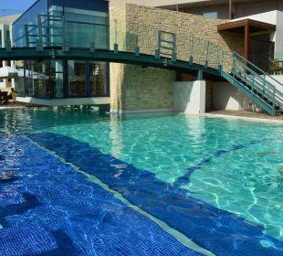 Na basenie  Hotel Minos Mare Royal