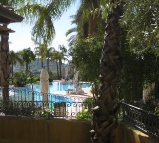 Blick von der Terrasse auf Garten und Pool Hotel Cruccuris Resort