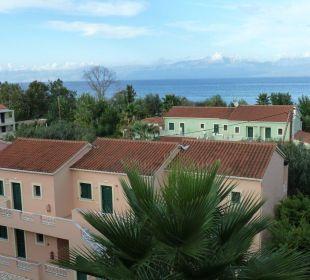 Ausblick über Anlage zum Meer, im Hintergrund Alba Hotel Robolla Beach