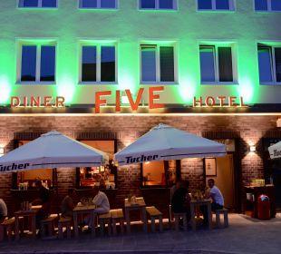 Hotel FIVE von außen bei Nacht Hotel FIVE