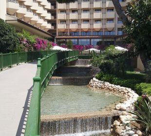 Pomost łączący hotel z basenami Bellis Deluxe Hotel