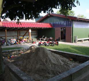 Sandkasten und Fuhrpark Ferienhaus Wattkuckuck