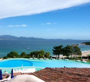 Zimmerausblick zum Pool CalaCuncheddi Resort & Marina