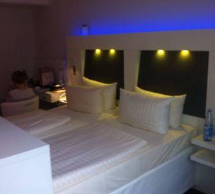 Bequemes Bett mit iluminierten Hintergrund