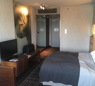 Aufgeräumte geschmackvolle Zimmer Dorint Hotel am Heumarkt Köln