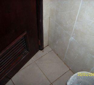 Hinter der Badezimmertür auch Schimmel Hotel Pueblo Caribe