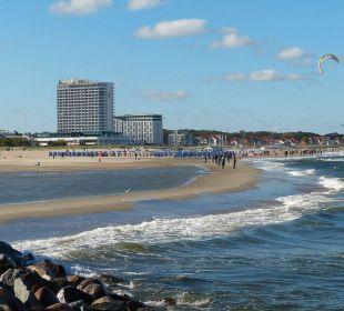 Blick von der Mole über den Strand Hotel Neptun