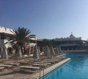 Blick auf Pool und Liegen.  Hotel Lagas Aegean Village