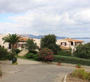 Außenansicht von der Zufahrt aus CalaCuncheddi Resort & Marina