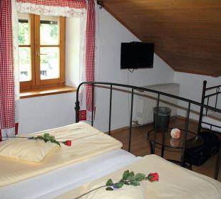 """TV und hinten teil des """"Sofa"""" Hotel Bavaria Berchtesgaden"""