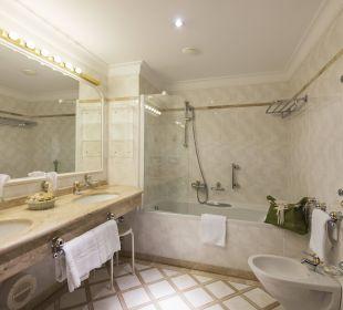 Badezimmer mit Badewanne Grand Park Hotel Health & Spa