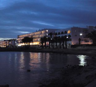 Blick auf das beleuchtete Hotel Hotel Simbad