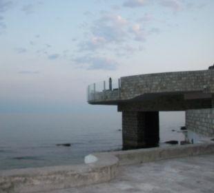 Pool steht über dem Meer Hotel Avala