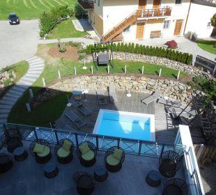 Rosensuite  - Blick vom Balkon Terrasse und Pool Landhotel Stemp
